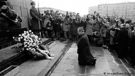 Willy Brandt on his knees at the Ghetto Heroes Monument (Photo: Imago/Sven Simon)