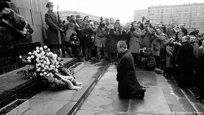 Η γονυκλισία Βίλυ Μπραντ 7.12.1970. Δεξιά ανάμεσα στους δημοσιογράφους διακρίνεται ο Βάσος Μαθιόπουλος, ανταποκριτής τότε της Weltwoche και σχολιαστής της Deutsche Welle