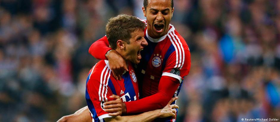 Müller e Thiago comemoram o quarto gol do Bayern sobre o Porto