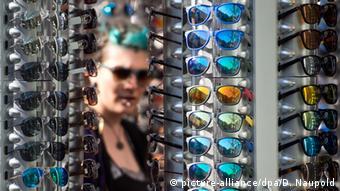 212f661a6 أهم ما عليك مراعاته عند شراء نظارة شمسية | عالم المنوعات | DW ...
