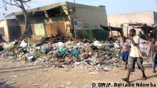 Müll auf der Straßen von Luanda. Die Stadt Luanda schuldet hunderte Millionen Kwanza an Müllentsorgungsunternehmen. *** DW Wer hat das Bild gemacht?: Pedro Borralho Ndomba Wann wurde das Bild gemacht?: April 2015 Wo wurde das Bild aufgenommen?: Luanda (Angola)