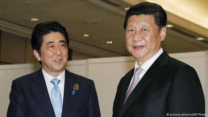 Japans Regierungchef Shinzo Abe (links) und Chinas Präsident Xi Jinping sprachen in Jakarta (Foto: AP)
