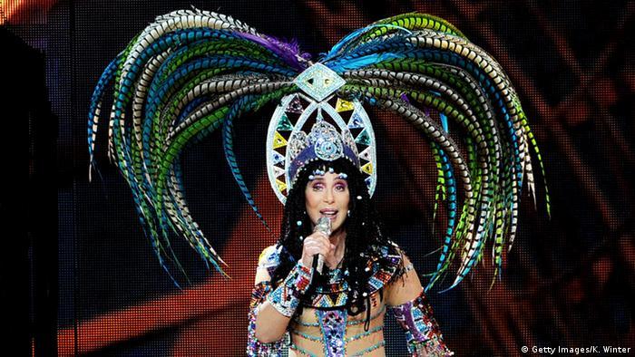 Sängerin Cher mit Federkopfschmuck (Getty Images/K. Winter)