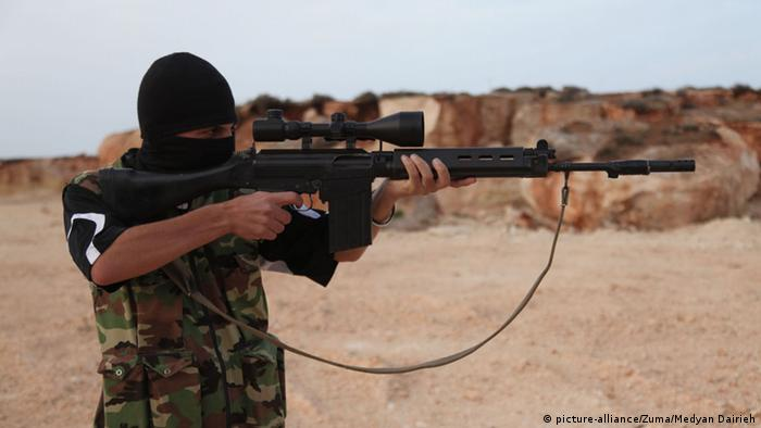Джихадист с автоматической винтовкой в руках