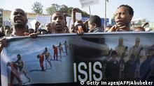 April 22, 2015 Bildunterschrift:Demonstrators holds a banner during a rally after more than 20 Ethiopians Christians were killed by Islamic State militants on April 22, 2015 in Addis Ababa. Ethiopia began three days of national mourning on the eve, with joint Christian and Muslim prayers for more than 20 Ethiopian Christians killed by Islamic State militants in Libya. AFP PHOTO / ZACHARIAS ABUBEKER (Photo credit should read ZACHARIAS ABUBEKER/AFP/Getty Images)