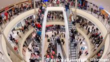 ARCHIV - Kunden strömen am 31.03.2011 während der Eröffnung der erweiterten Altmarkt-Galerie in Dresden (Sachsen) über die Rolltreppen. Foto: Robert Schlesinger/dpa (zu dpa (zu dpa Bundesbank: Gutes Konsumklima schiebt Konjunktur noch länger an vom 20.04.2015) +++(c) dpa - Bildfunk+++