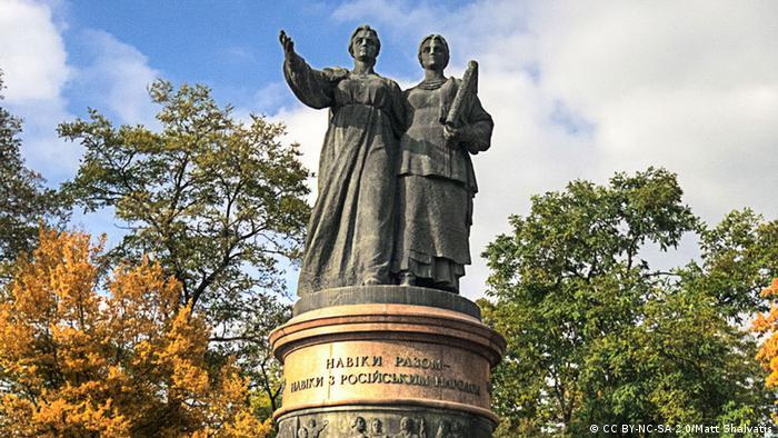 Навіки разом - пам'ятник 1961-го року у Переяславі-Хмельницькому викликає бурхливі дискусії в інтернеті