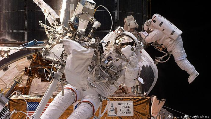 Hubble Reparatur an Bord des Space Shuttles (picture-alliance/dpa/Nasa)