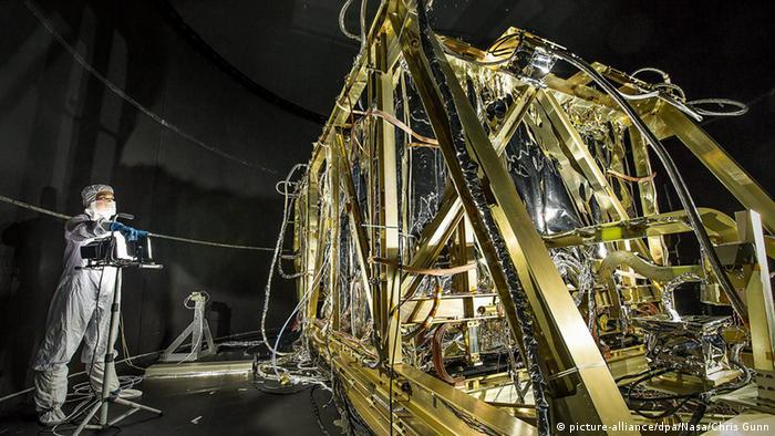 El Hubble todavía continúa fuerte su trabajo. Sin embargo, debido a su órbita que se hunde constantemente, podría ser que el telescopio vuelva a entrar en la atmósfera de la Tierra en 2024 y se queme. Pero su sucesor ya está listo: el James Webb está programado para ser lanzado en 2021 y su lugar de trabajo estará a aproximadamente un millón y medio de kilómetros de la Tierra.