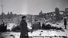Das zerstörte Warschau nach der Befreiung, 16. Januar 1945 Am Ende des Krieges war Polen eines der am schwersten zerstörten Länder. Viele Städte glichen einer Trümmerlandschaft. In Warschau waren 93 Prozent der Gebäude zerstört oder irreparabel beschädigt. Ein Großteil der Infrastruktur und der Industrieanlagen Polens musste wieder aufgebaut werden. Viele Archive, Bibliotheken oder Museen waren jedoch für immer verloren. Fotograf: Boris Puschkin © Stiftung Deutsches Historisches Museum