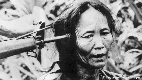 Bildergalerie Vietnam Zivilistin mit Waffe am Kopf