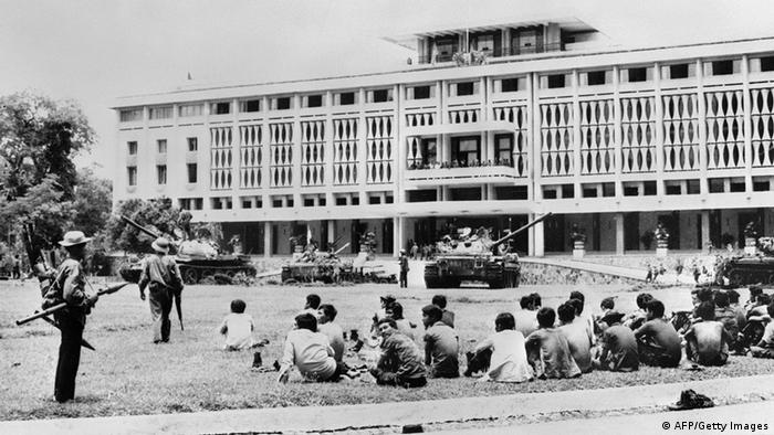 У президентского дворца в Сайгоне, 1975 год