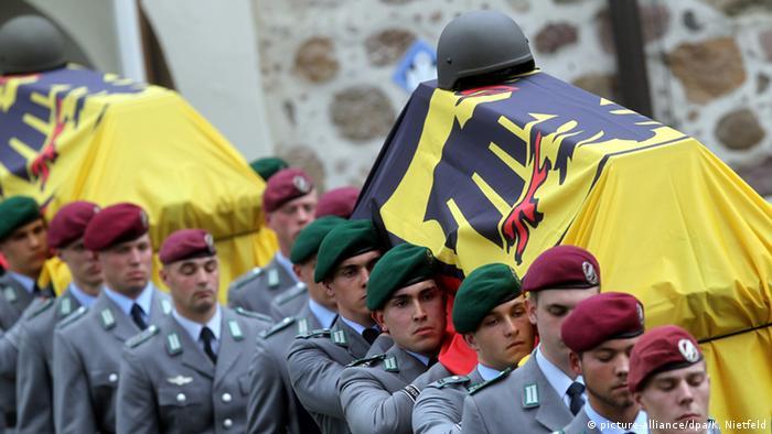 Soldaten tragen am Freitag (09.04.2010) nach der Trauerfeier für die drei in Afghanistan gefallenen Kameraden im niedersächsischen Selsingen die Särge aus der St. Lamberti-Kirche. (Foto: dpa).