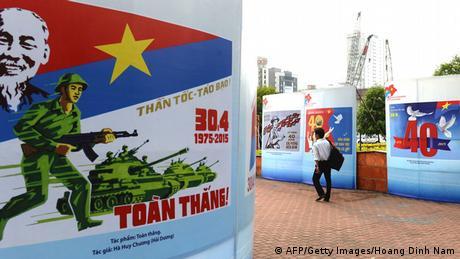 Bildergalerie Vietnam Ausstellung mit Kriegspostern in Hanoi
