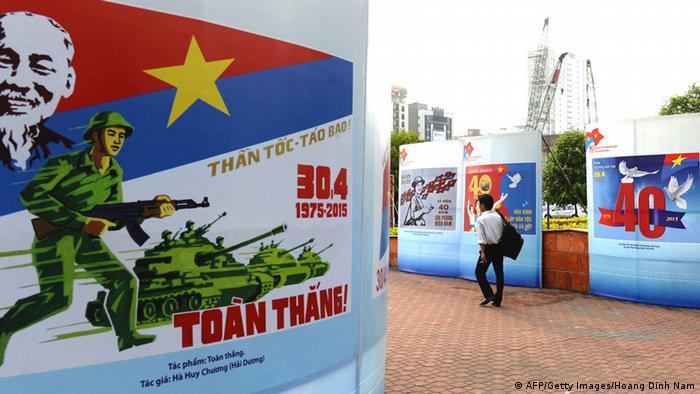 Пропагандистские плакаты в Сайгоне