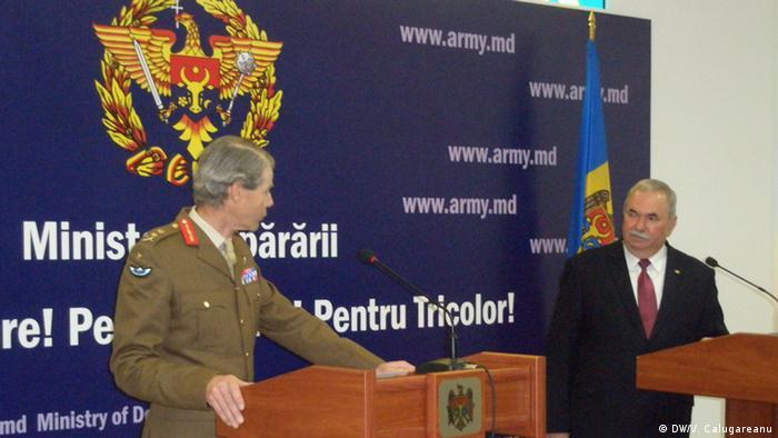 Вице-главком сил НАТО в Европе генерал Эдриан Брэдшоу и Виорел Чиботару на встрече в Румынии