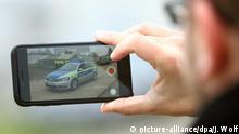 Deutschland Streifenwagen der Polizei Video mit Smartphone