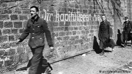 Німецькі військові йдуть здаватися в полон, 1945 рік