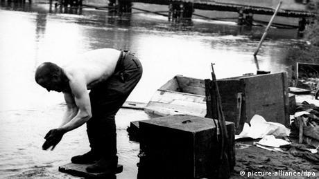 Kriegsende in Berlin 1945 Soldat beim Waschen in der Spree