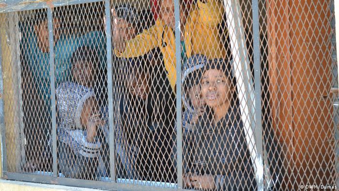 La ruta migratoria del Mediterráneo central entre Libia e Italia se ha convertido en una de las más peligrosas para los niños y mujeres refugiados, víctimas de agresiones, abusos sexuales o detenciones en el viaje. 25.846 de los 28.223 menores que lograron llegar a Italia no estaban acompañados. (28.02.2017)