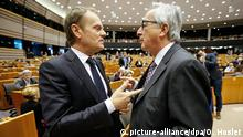 epa04678390 President of the European Council Donald Tusk (L) and European Commission President Jean-Claude Juncker at the start a plenary session in Brussels, Belgium, 25 March 2015. President Tusk and Juncker presented to the parliament with the conclusions of the European summit of 19-20 March 2015. EPA/OLIVIER HOSLET +++(c) dpa - Bildfunk+++