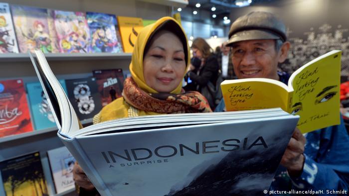 Indonesians reading at the Leipzig Book Fair (Photo: Hendrik Schmidt/dpa)