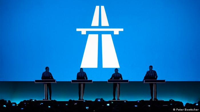 Kraftwerk auf der Bühne mit Autobahnbild im Hintergrund © by Peter Boettcher