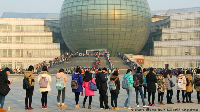 Studenti u redu čekaju da bi zauzeli mjesto u predavaoni Sveučilišta u Nanjingu