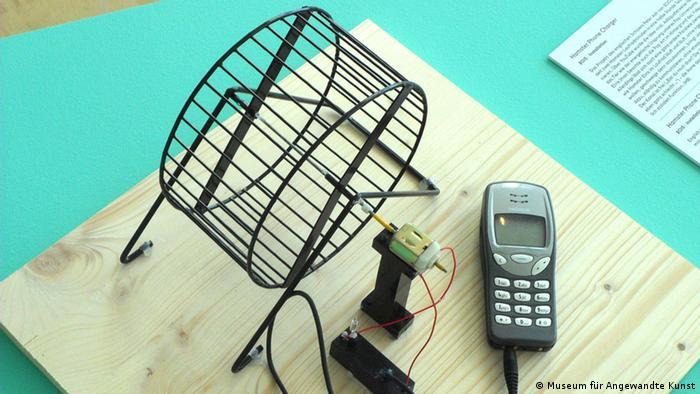 Ein Hamsterrad steht neben einem Handy