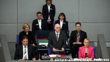 24. April 2015 *** Bundestagspräsident Norbert Lammert (M, CDU spricht am 24.04.2015 im Deutschen Bundestag in Berlin anlässlich der Debatte zu den Massakern an den Armeniern 1915/16 teil. Lammert hat die Massaker an den Armeniern vor hundert Jahren im Ersten Weltkrieg als «Völkermord» bezeichnet. Foto: Britta Pedersen/dpa +++(c) dpa - Bildfunk+++