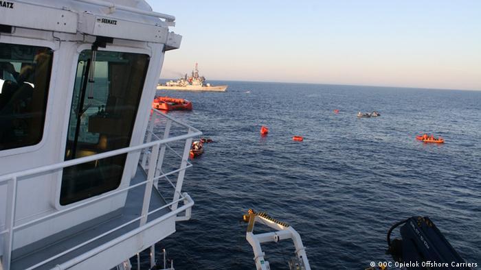 Rettung von Flüchtlingen durch Handelsschiffe im Mittelmeer (Photo: OOC)