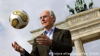 Франц Беккенбауэр с мячом на фоне Бранденбургских ворот