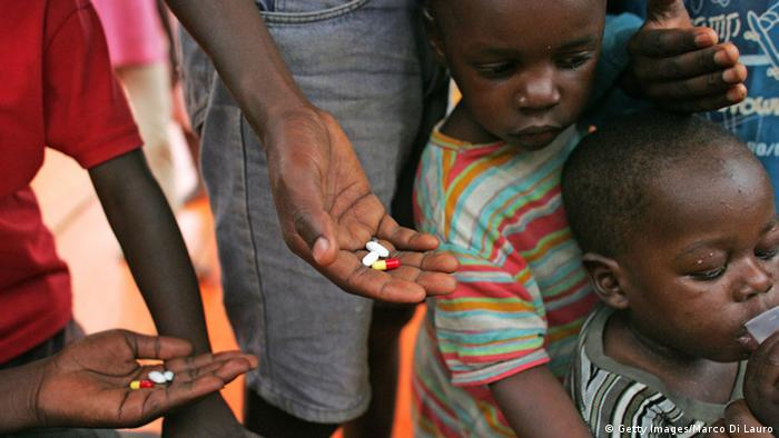 Afrika Kinder Tabletten Medizin Gesundheit (Getty Images/Marco Di Lauro)