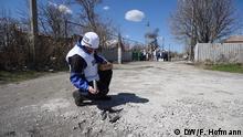 Die internationalen Beobachter der OSZE versuchen seit Wochen Schyrokyne täglich zu besuchen. Neben der Gegend um den Flughafen von Donezk ist es der zweite Ort, wo der Waffenstillstand immer wieder gebrochen wird. *** DW, Frank Hofmann