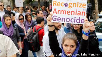 Hundreds of Iranian Armenians take part during a protest demonstration in front of the Turkish embassy in Tehran, Iran, 24 April 2015, on the occasion of the 100th anniversary of the massacre of 1.5 million Armenians by Ottoman Turks (Photo: EPA/ABEDIN TAHERKENAREH +++(c) dpa - Bildfunk+++)