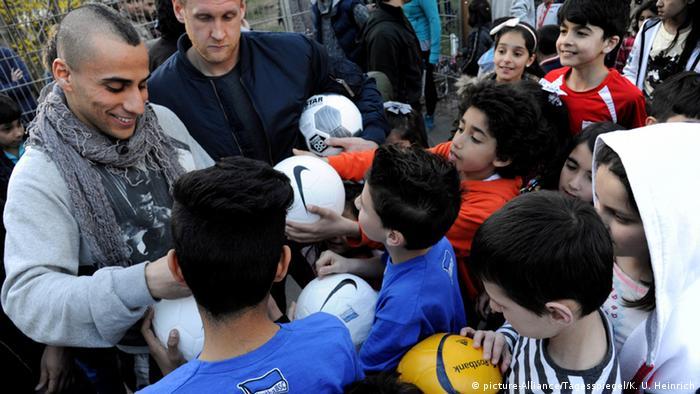 Deutschland Fußballspieler Änis Ben-Hatira Flüchtlingslager Marienfelde in Berlin (picture-Alliance/Tagesspiegel/K. U. Heinrich)