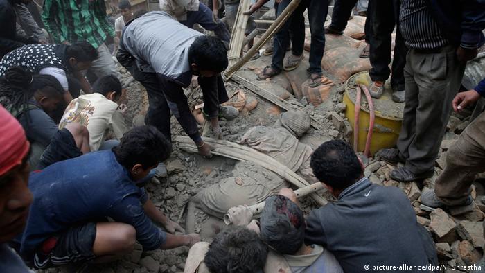 Menschen in Kathmandu suchen in Trümmern nach möglicherweise Verschütteten (Foto: dpa)