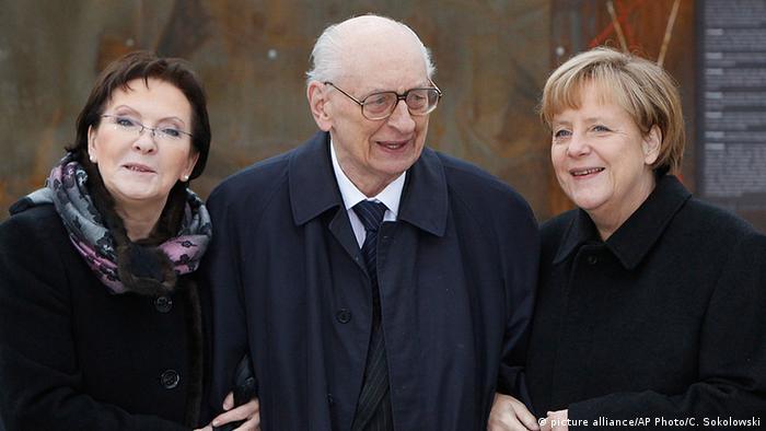 Prof.Bartoszewski z premier Ewą Kopacz i kanclerz Angelą Merkel w Krzyżowej 20 listopada 2014 r. w Krzyżowej