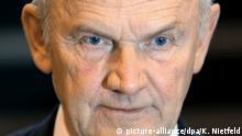 ARCHIV - Der Aufsichtsratsvorsitzende der Volkswagen AG, Ferdinand Piech, bei der VW-Hauptversammlung in Hamburg (Archivfoto vom 19.04.2007). Foto: Kay Nietfeld/dpa dpa (zu dpa VW-Patriarch Piëch und Ehefrau legen Aufsichtsratsmandate nieder vom 25.04.2015) +++(c) dpa - Bildfunk+++