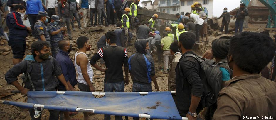Equipes de resgate procuram por sobreviventes no Nepal