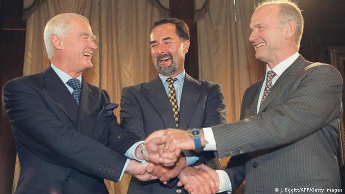 Ferdinand Piech shakes hands with Ralph Robins and Bernd Pischetsrieder