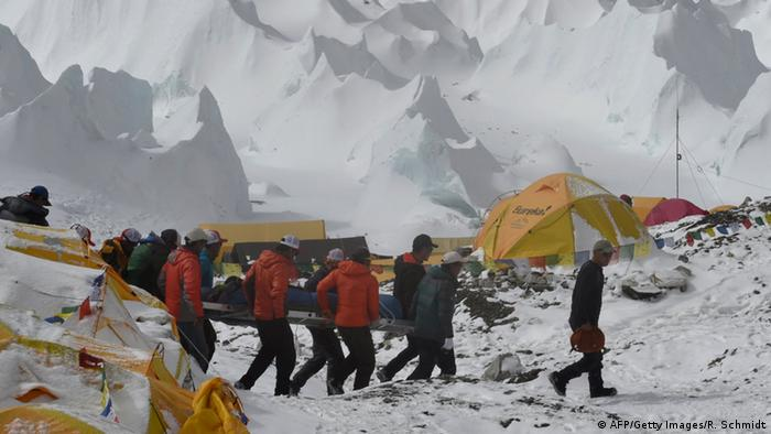 Nepal Himalaya Rettungsaktion nach Lawinenunglück am Mount Everest