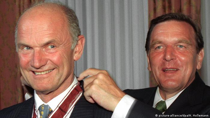 Ferdinand Piech recieves a medal from Gerhard Schröder, who was state premier of Lower Saxony at the time in 1997