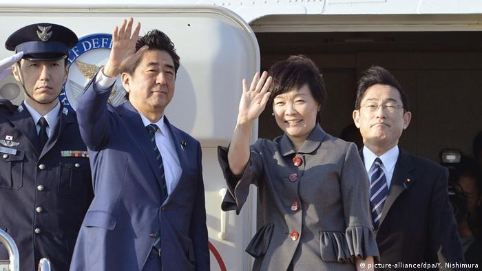 Shinzo Abe with his wife Akie waves as they board plane for US Photo: Yohei Nishimura/Kyodo News via AP
