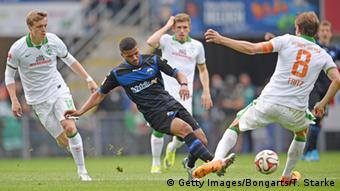 Paderborn footballer Elias Kachunga surrounded by Bremen players