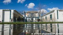 Das Bundeskanzleramt spiegelt sich am 06.04.2015 in Berlin in einer Wasserpfütze. Das Wetter zeigt sich derzeit unbeständig. Foto: Paul Zinken/dpa