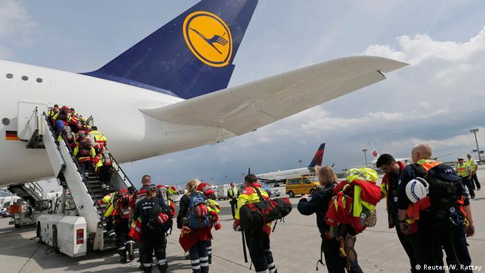 Немецкие спасатели направляются в Непал
