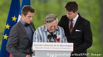 Robert Salom, ein Überlebender des KZ, hält eine Rede bei der Gedenkveranstaltung (Foto: dpa)