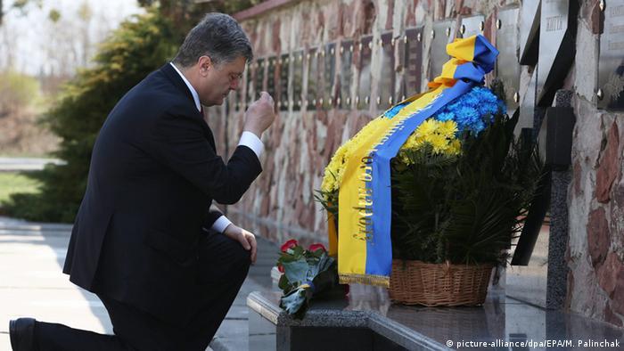 El presidente de Ucrania, Petro Poroshenko, rinde homenaje a las víctimas de Chernóbil.