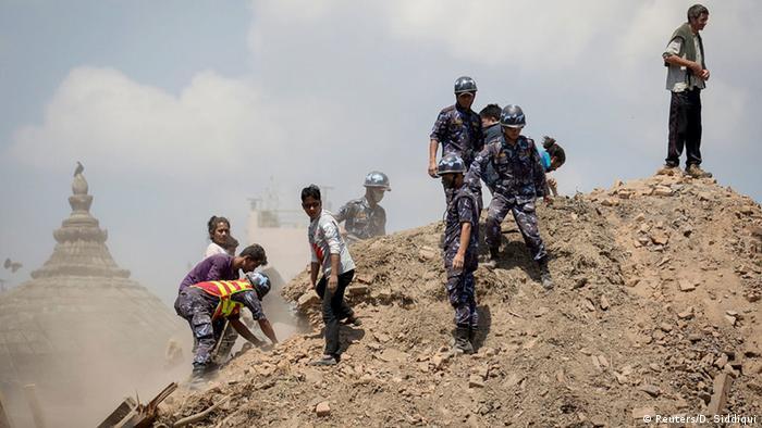 Раскопки с целью найти выживших в землетрясении ведутся даже руками
